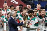 Александр Дюков вручает Суперкубок