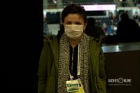 Журналист, защищающий себя от коронавируса