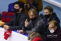 Евгений Плющенко (в центре)