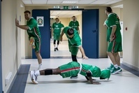 Форвард УНИКСа Джон Браун отжимается перед матчем