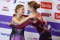 Косторная и Трусова, которые летом ушли от Тутберидзе к Плющенко, обнимаются