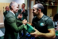 Азеведо вручает тюбетейку Сергею Душкину, который заменил Квартальнова