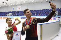 Победители этапа Кубка России в Казани Анастасия Мишина и Александр Галямов снимают селфи